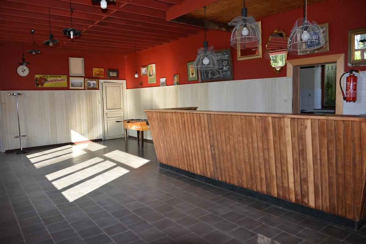 Salle Patria Blanmont - buvette d'accueil avec bar prolongement de la grande salle