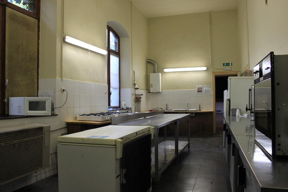 Salle Patria Blanmont - cuisine équipée d'électroménagers et de vaisselle