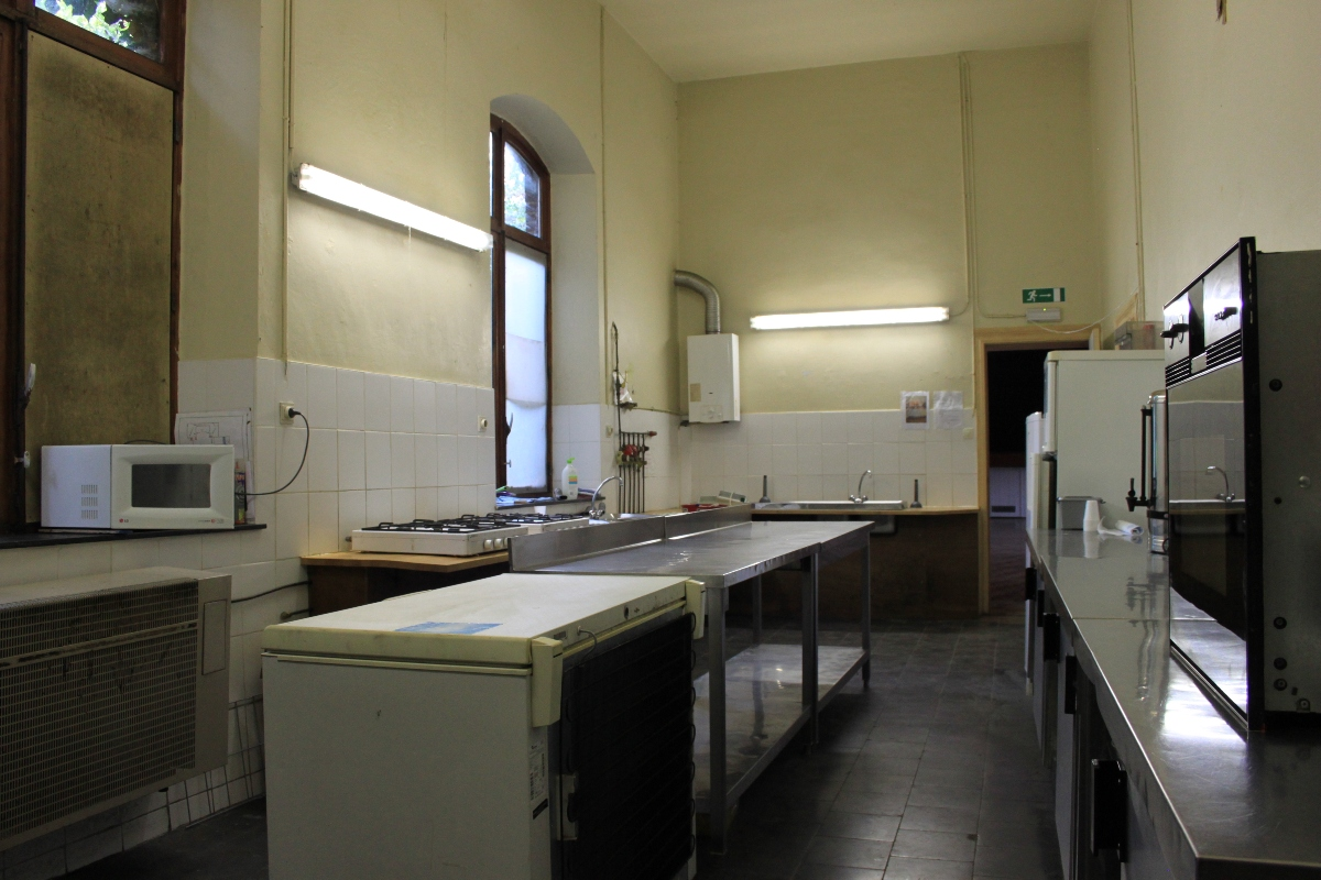 Location salle avec sc ne cuisine bar chastre brabant for Disposition cuisine en l